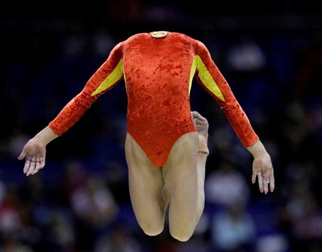 Đầu của nữ vận động viên thể dục này biến đâu mất rồi?