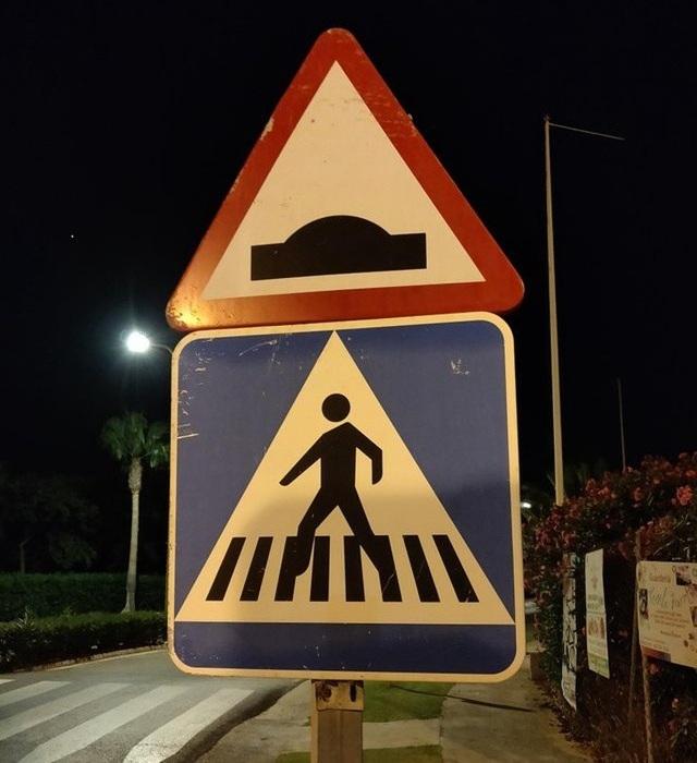 """Phải chăng ý nghĩa của biển cảnh báo này đó là """"nơi đây có đĩa bay bắt cóc con người""""?"""