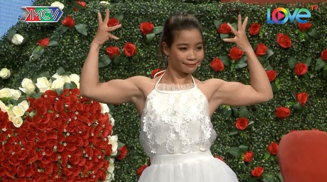 Kim Hoa trình diễn cơ bắp