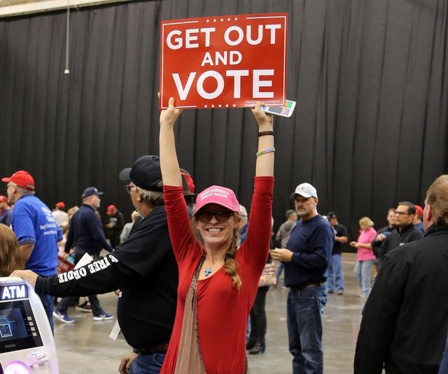Một phụ nữ tham gia cuộc vận động bầu cử ở Cleveland, bang Ohio (Ảnh: Reuters)