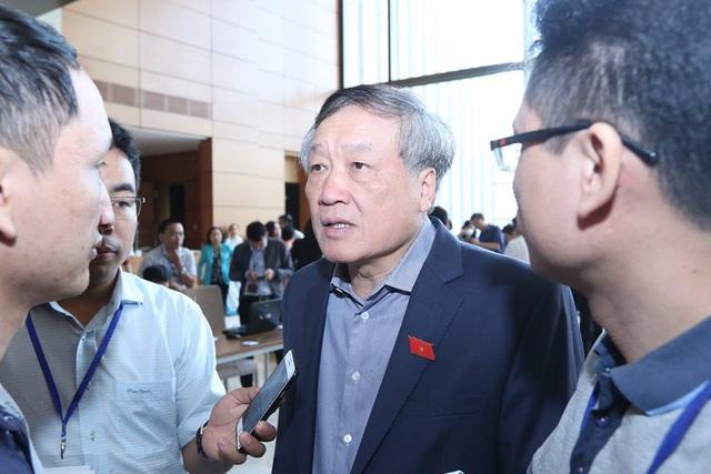 Chánh án TAND Tối cao Nguyễn Hoà Bình trao đổi sáng 6/11.