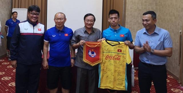 Đại sứ đặc mệnh toàn quyền Việt Nam tại Lào, ông Nguyễn Bá Hùng và các đơn vị tặng thưởng 4.000 USD cho đoàn quân HLV Park Hang Seo