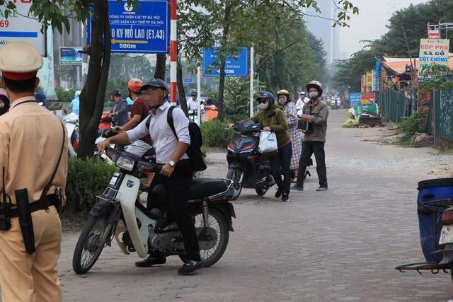 Một người đàn ông không muốn dắt xe, cố đi xe máy ngược chiều trên vỉa hè và vội dừng xe quay đầu khi thấy CSGT.