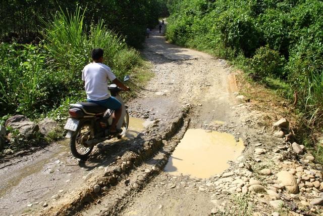 Đường 74 hướng từ xã Hương Sơn, huyện Nam Đông