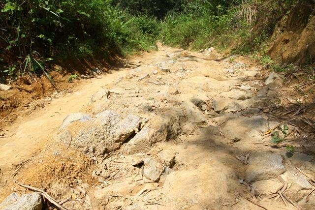 Con đường từ phía huyện Nam Đông rất khó đi và chưa hoàn thành
