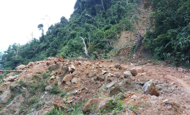 Phần đường từ huyện A Lưới cũng tương tự khi nhiều đoạn ngổn ngang đất đá
