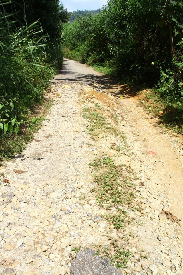 Các đoạn đường làm dang dở, đoạn có nhựa đường đoạn chỉ rải đá