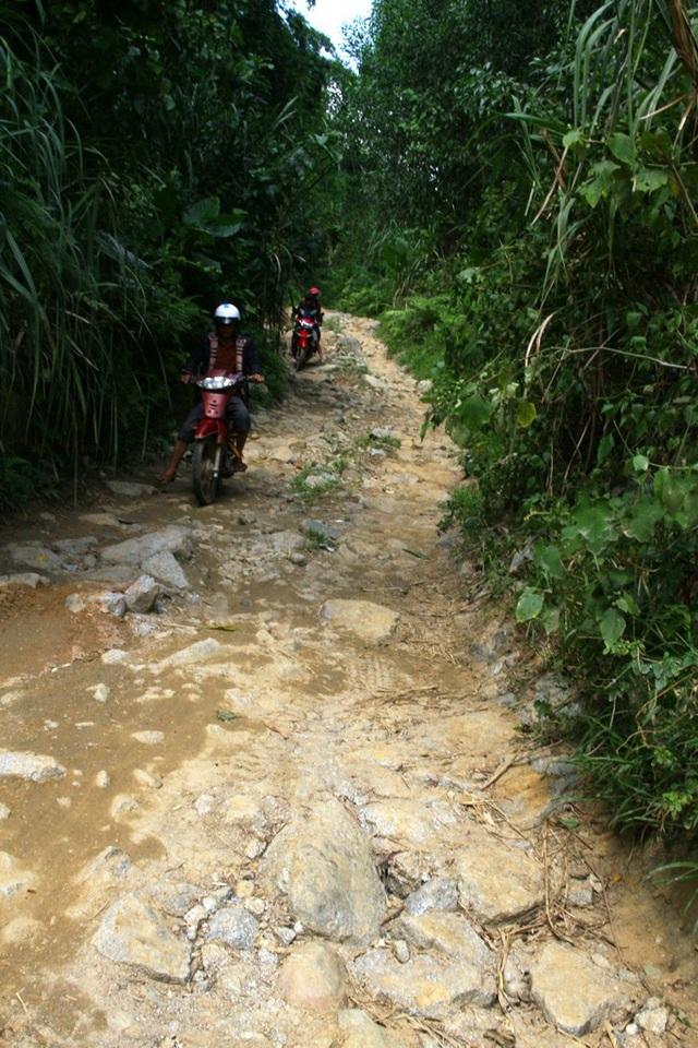 Nhiều đoạn toàn đá tảng, người dân quen đi lại cũng rất khó khăn để vượt qua