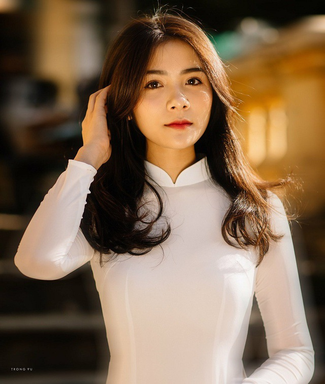 Thu Giang được nhận xét sở hữu thân hình mảnh mai, nhỏ nhắn, mái tóc đen dài cùng khuôn mặt xinh xắn. Đây là lợi thế mỗi khi cô bạn mặc áo dài.