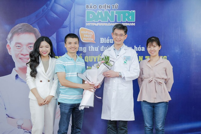 Phó Tổng biên tập Phạm Tuấn Anh tặng hoa TS.BS Zee Ying Kiat - bác sĩ cao cấp chuyên khoa Ung bướu hàng đầu Singapore, Bệnh viện ĐKQT Thu Cúc