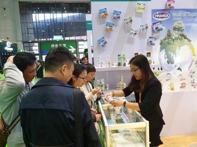 Người tiêu dùng Trung Quốc dùng thử và thích thú với các sản phẩm của Vinamilk tại hội chợ