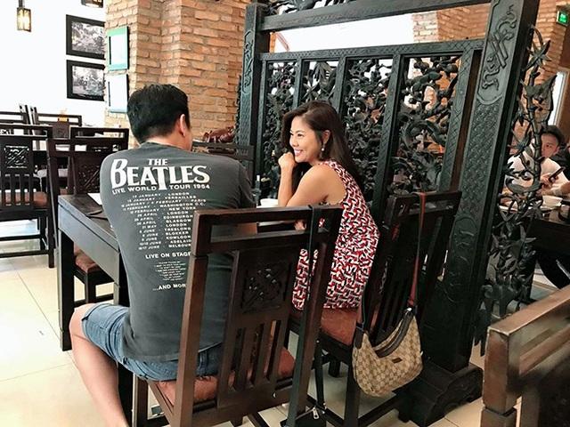 Mới đây, ca sĩ Hồ Lệ Thu bị người hâm mộ bắt gặp tình tứ đi ăn cùng một người đàn ông tại nhà hàng ở Sài Gòn khi cô vừa trở về nước vài ngày.