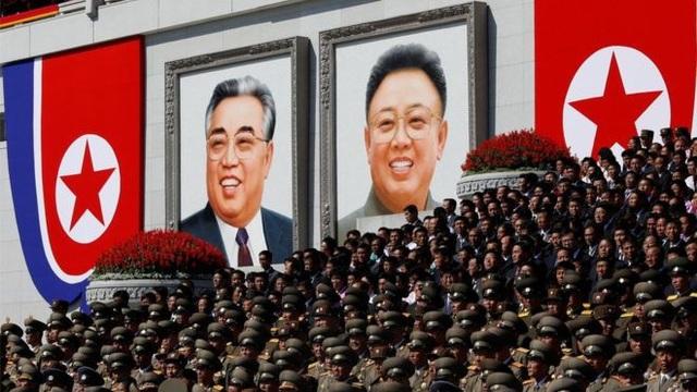 Chân dung hai cố lãnh đạo Kim Nhật Thành và Kim Jong-il tại quảng trường Kim Nhật Thành ở Bình Nhưỡng. (Ảnh: Reuters)