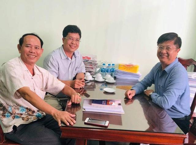 Ông Trương Quang Hoài Nam - Phó chủ tịch UBND TP Cần Thơ trao đổi với ông Lê Hồng Lực và luật sư NGuyễn Trường Thành