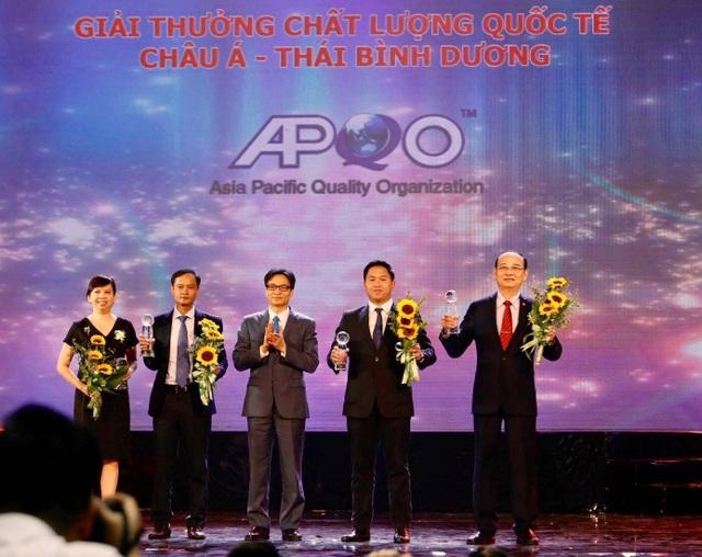 Phó Thủ tướng Vũ Đức Đam trao Giải thưởng Chất lượng Quốc tế Châu Á - Thái Bình Dương 2017 cho 4 doanh nghiệp của Việt Nam. Ảnh: H. H