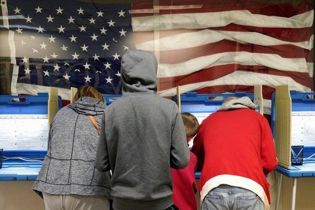 Cử tri Mỹ bỏ phiếu sớm tại TP Omaha, bang Nebraska hôm 2-11. Ảnh: AP