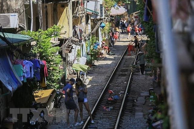 Những hình ảnh về phố đường tàu ''độc và lạ'' giữa lòng Hà Nội - 11