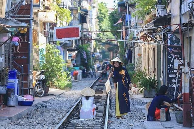 Những hình ảnh về phố đường tàu ''độc và lạ'' giữa lòng Hà Nội - 13
