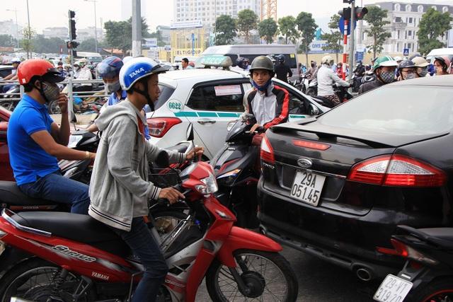 Điểm đen giao thông trên đường Tố Hữu - Nỗi khổ của người dân mỗi khi phải ra đường đi làm vào buổi sáng.