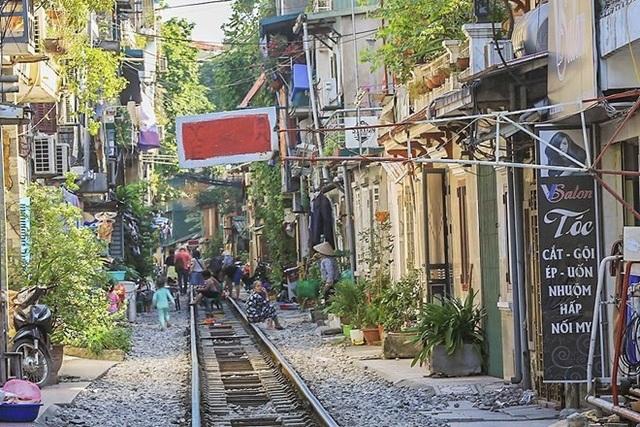 Những hình ảnh về phố đường tàu ''độc và lạ'' giữa lòng Hà Nội - 14