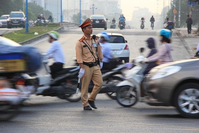 Lạ lùng cảnh hàng trăm người dắt xe máy ngược chiều đối phó CSGT ở Hà Nội - 14