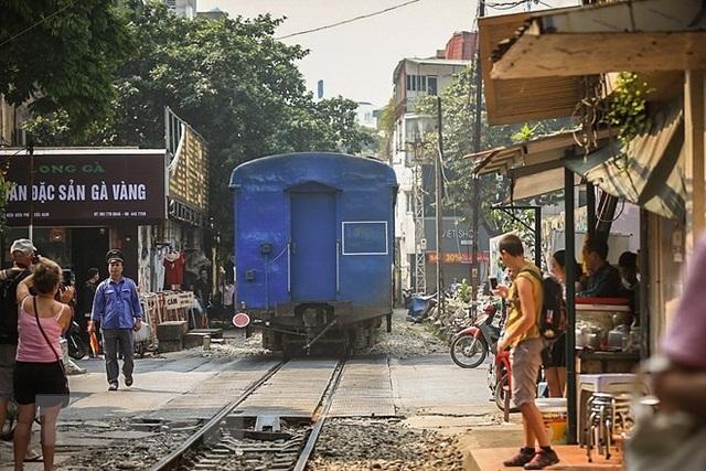 Những hình ảnh về phố đường tàu ''độc và lạ'' giữa lòng Hà Nội - 4