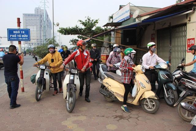 Con ngõ số 19 trên phố Tố Hữu (Hà Đông, Hà Nội) là điểm đến của hàng trăm phương tiện xe máy đi ngược chiều.