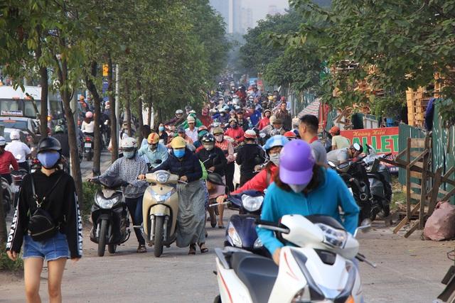 Lạ lùng cảnh hàng trăm người dắt xe máy ngược chiều đối phó CSGT ở Hà Nội - 5