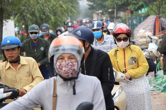 Lạ lùng cảnh hàng trăm người dắt xe máy ngược chiều đối phó CSGT ở Hà Nội - 6