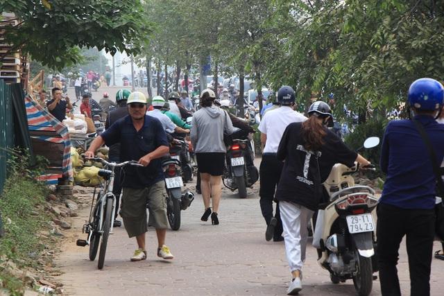 Đoàn người dắt xe dài dằng dặc, đông nườm nượp.