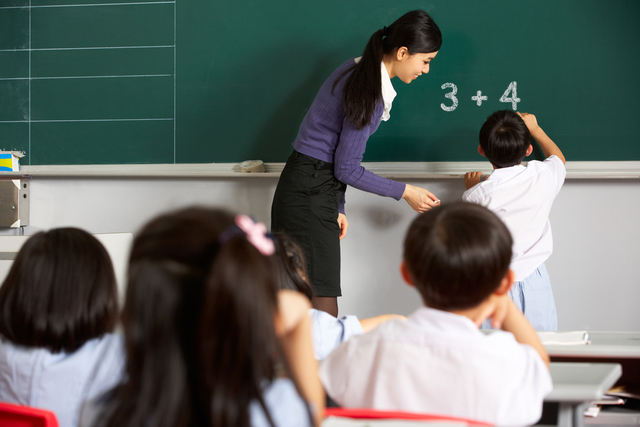 Thầy cô giáo luôn dành trọn tâm huyết để dạy dỗ chúng ta từ tấm bé, vậy nên thể hiện lòng tri ân với thầy cô là điều bất cứ ai cũng nên làm.