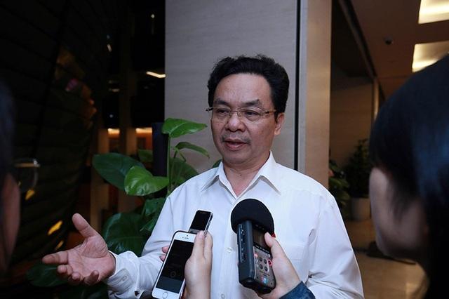 Đại biểu Hoàng Văn Cường trả lời PV bên lề hành lang Quốc hội (Ảnh: Như Phúc).