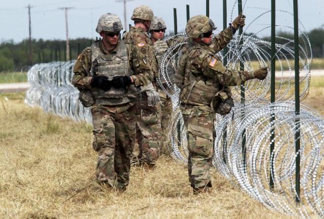 Quân nhân Mỹ dựng hàng rào thép gai ở biên giới với Mexico thuộc Donna, Texas (Ảnh: Reuters)