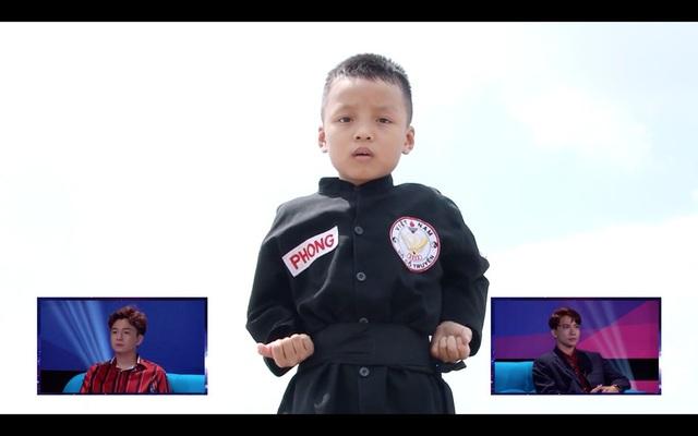 Hình ảnh trên clip của thần đồng bắn cung 7 tuổi đã khiến ban bình luận bị đánh lừa.