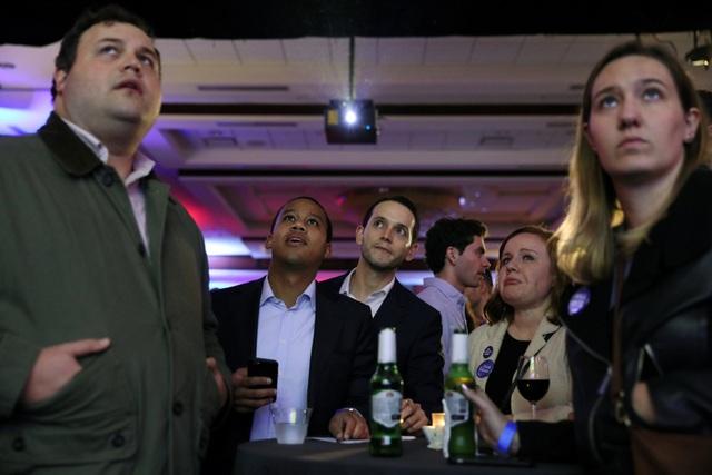 Các cử tri ủng hộ đảng Dân chủ hồi hộp theo dõi kết quả. (Ảnh: Reuters)