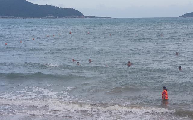 Du khách và người dân tắm trong vùng thả phao an toàn đoạn bờ biển phía đông đường Phạm Văn Đồng, TP Nha Trang