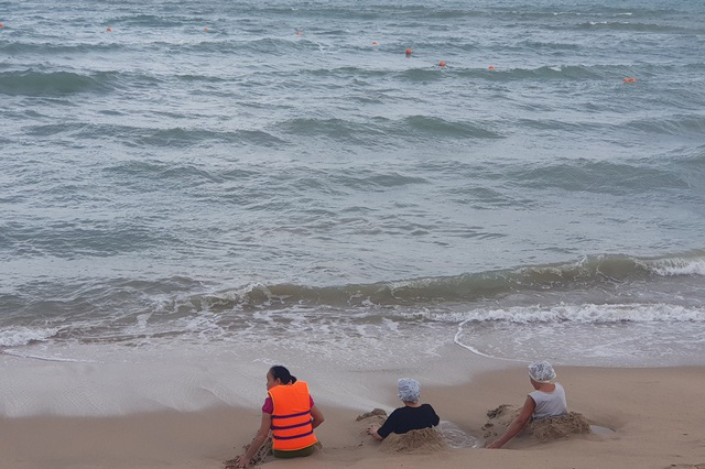 Nha Trang: Mùa biển động, khoanh vùng phao an toàn cho du khách tắm biển - 2