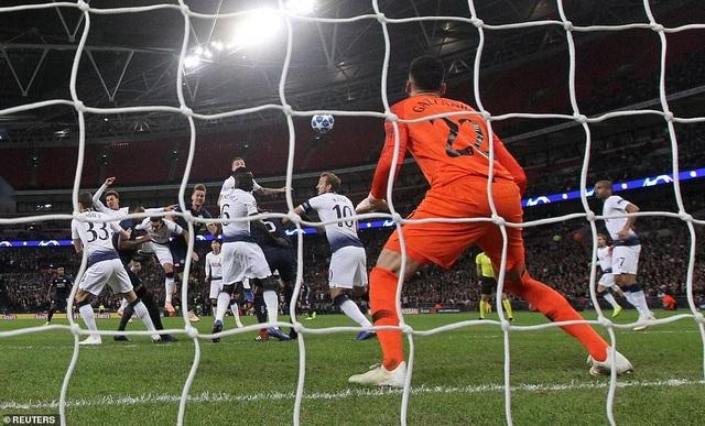Totteham giành 3 điểm trên sân nhà nhờ sự tỏa sáng của Kane ở 12 phút cuối trận