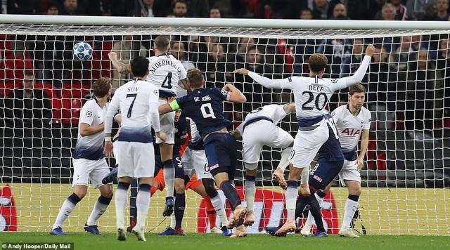 Ngay ở phút thứ 2, De Jong đã đánh đầu mở tỷ số cho PSV Eindhoven