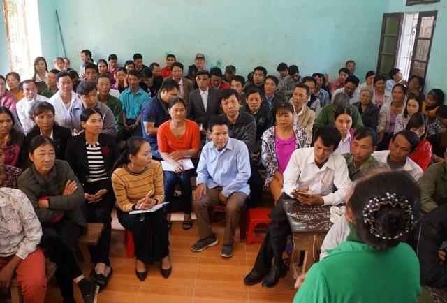Các bậc phụ huynh có con em theo học tại trường THPT Trần Ân Chiêm lo lắng khi trường giải thể.