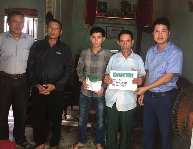 Ngày 7/11, PV Dân trí cùng chính quyền địa phương đã tới thăm và trao số tiền 67,380,000 đồng của các nhà hảo tâm, bạn đọc báo Dân trí tới gia đình ông Nguyễn Đức Bình