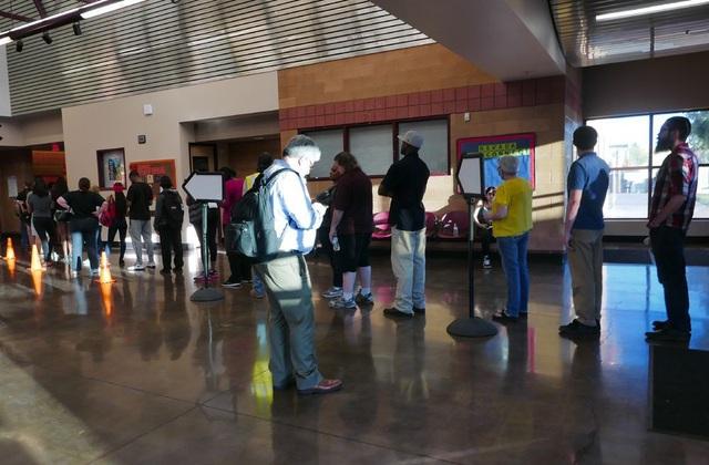 Cử tri Mỹ xếp hàng dài chờ bỏ phiếu. (Ảnh: An Bình)