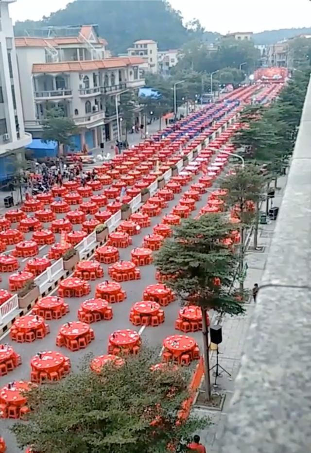 """Đám cưới siêu khủng với hàng nghìn bàn tiệc """"chảy dài"""" hết con đường tại Trung Quốc - 1"""