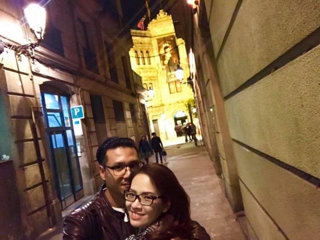 """BTV - diễn viên Đan Lê chia sẻ ảnh cũ đi du lịch cùng ông xã Khải Anh tại Tây Ban Nha kèm theo những chia sẻ tình tứ, lãng mạn: Hà Nội chuyển lạnh rồi, tối ra đường đã phải quàng thêm khăn rồi. Cánh tay không đủ ấm, đứng co ro trên vỉa hè, cô gái chợt nhớ những cây cột sưởi ở Barcelona. Đó là một đêm tối trời sau Giáng Sinh, họ đi bộ trên Đại lộ La Rambla, tay quấn vào nhau, thân dính lấy nhau vì lạnh""""."""