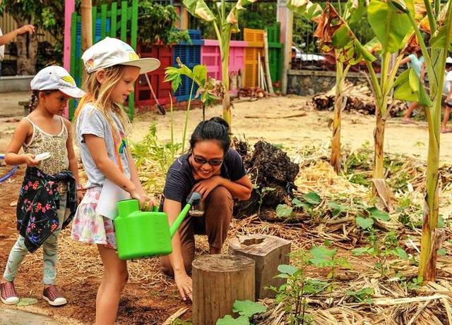 """Những đứa trẻ người nước ngoài  cũng rất thích thú vớiTriêm Tây, """"An Nhiên farm""""."""