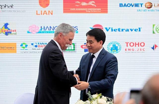 Ông Nguyễn Đức Chung bắt tay ông Chase Carey - Chủ tịch kiêm Tổng giám đốc F1