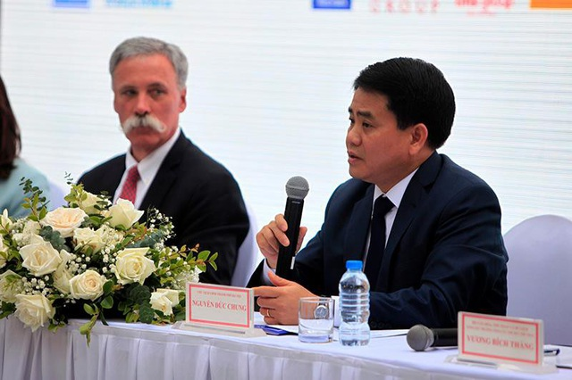 Ông Nguyễn Đức Chung (bên phải) - Chủ tịch UBND TP phát biểu trong sự kiện Hà Nội chính thức đăng cai một chặng đua F1 kể từ 2020.