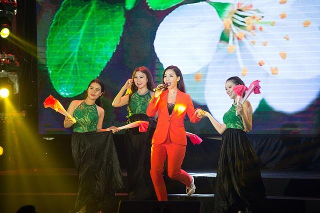 Ngay tiết mục mở màn ca sĩ Khánh Loan đã mang đến một không khí sôi động và hiện đại qua ca khúc Just let me go - Hãy để em ra đi.