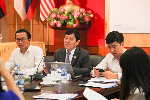 GS.TS Mai Trọng Nhuận (giữa) trao đổi về những cảnh báo mới trong quá trình chống biến đổi khí hậu.