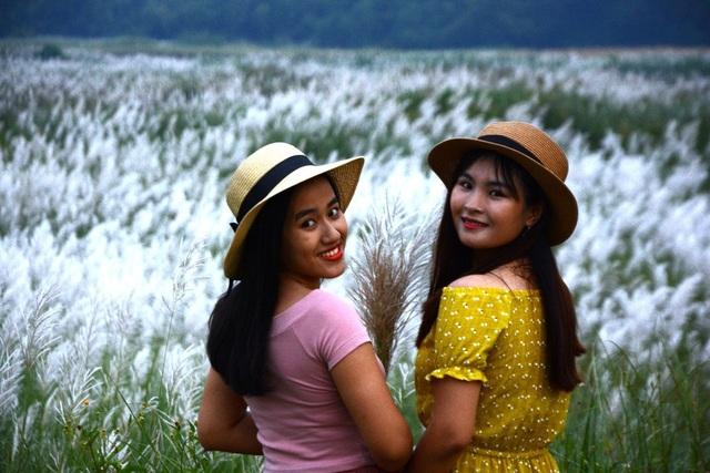 Mỗi ngày, cánh đồng cỏ lau giữa dòng sông Trà Khúc đón hàng trăm lượt bạn trẻ yêu thích khung cảnh thiên nhiên hoang sơ. Giữa những vạt cỏ lau trắng muốt, bạn trẻ thỏa thích lưu giữ cho mình những bức ảnh tuyệt đẹp.